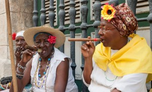 Old-Ladies-with-Cigars-in-Havana1