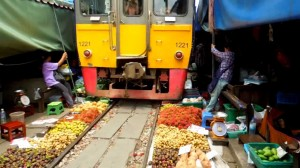 Mae-Klong-Railway-Market1